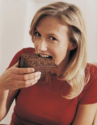 2- Kendinizi ödüllendirin ve yediğiniz takdirde kilo almaktan korktuğunuz o muhteşem keki yiyin. Yapılan araştırmalar gösteriyor ki insanlar yoğun glikoz yüklemesinden sonra daha yardımsever ve fedakâr oluyorlar.